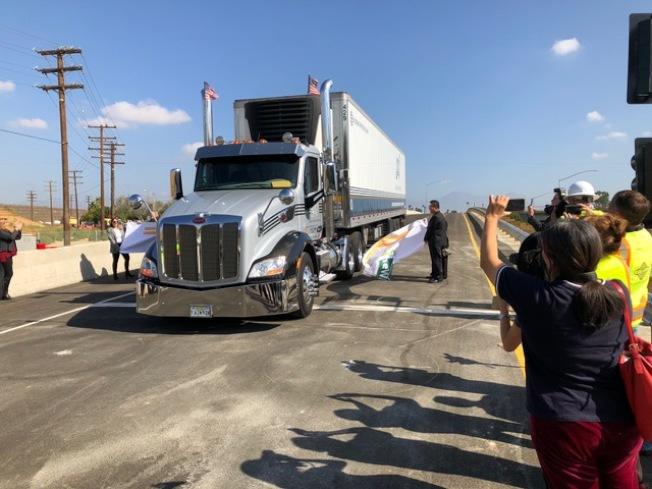 大卡車試車透過57號與60號高速公路及Grand大道交口西向上匝道。(記者楊青/攝影)