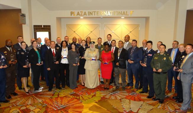 40位精英領袖獎得主合照。林少凡(右六,著深藍色制服者)。(取自IACP推特)