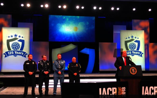 總統川普在年會活動中表揚年度警員。(取自大會推特)