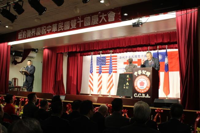 伍銳賢說,中華公所服務廣大僑胞,不分來美時間先後,也不分黨團,追求的是自由平等。(記者張筠/攝影)
