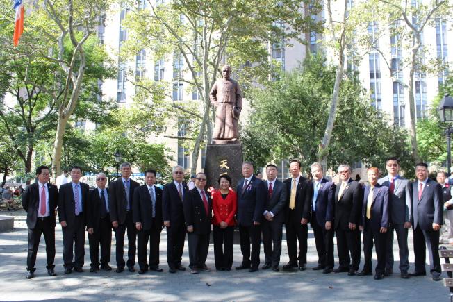 徐儷文(左八)與伍銳賢(左九)共同向孫中山銅像獻花致敬。(記者張筠/攝影)