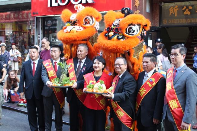 徐儷文(左四)表示,海外僑胞不但參與中華民國的創建,也見證了中華民國的發展。(記者張筠/攝影)
