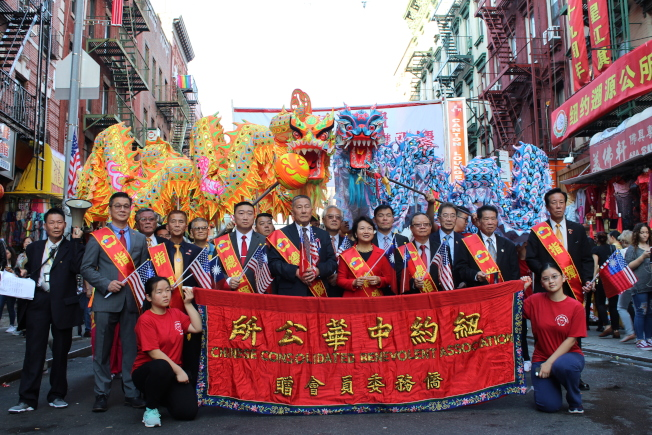 徐儷文(前排右四)及伍銳賢(前排右五)擔任愛國大遊行的總領隊。(記者張筠/攝影)