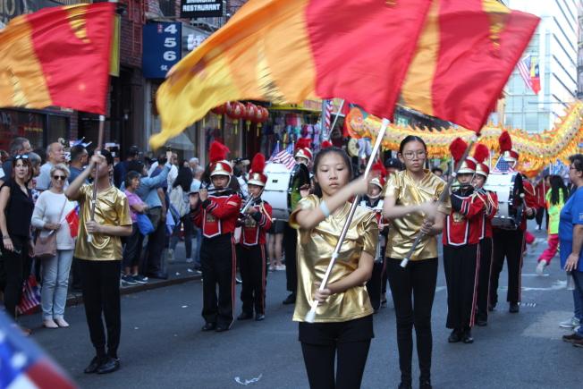 華僑學校26名學生組成的鼓樂隊在遊行中表演。(記者張筠/攝影)