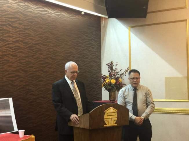 律師Alan Shapey向華裔家庭講解鉛中毒問題,利普捷律師樓案件經理馮緣助翻譯。(記者張晨/攝影)