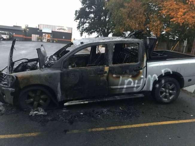 美西華盛頓州的溫哥華市,一輛貼有「Trump 2020」貼紙的小卡車,在9日凌晨被人縱火燒毀。(取材自推特)