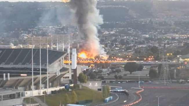 屋崙捷運車站附近一座倉庫10日上午發生大火。(電視新聞截圖)