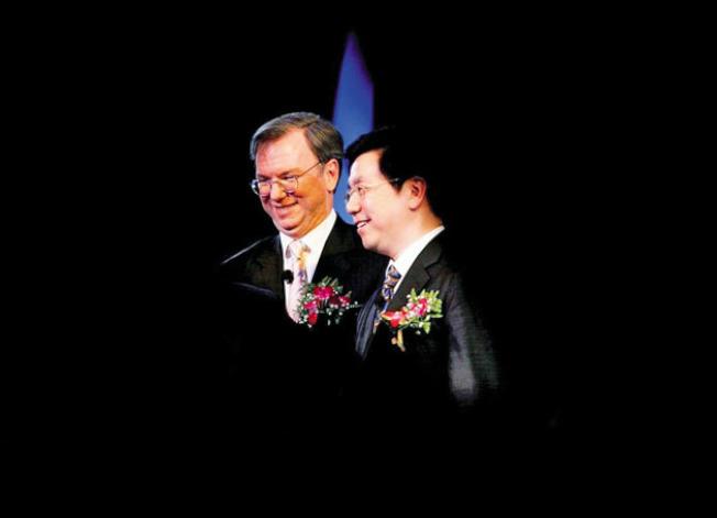 Google曾於2006年進軍中國,圖為當時的Gogole執行長施密特與李開復(右)在北京宣布「中國谷歌」成立。(Getty Images)