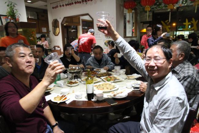 眾人舉杯慶祝雙十國慶。(記者李榮/攝影)