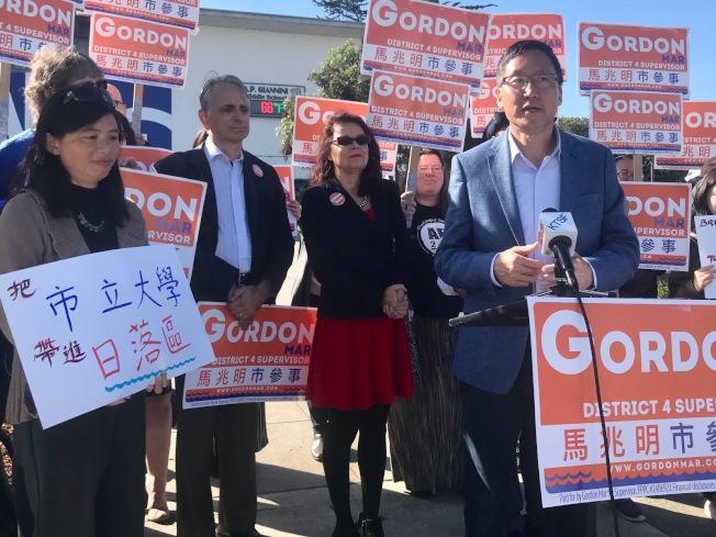 市議員候選人馬兆明(右一)宣布推動舊金山市立大學在日落區開課,市大校董會主席達維拉(左三)、校董芮素(左二)及教育委員候選人苖麗娟(左一)到場支持。(記者李秀蘭/攝影)
