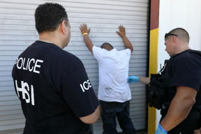 川普嚴厲打擊移民,多個聯邦部會跌跌撞撞的因應政策變化,更為如何填補預算破洞傷透腦筋。圖為移民探員執法。(路透)