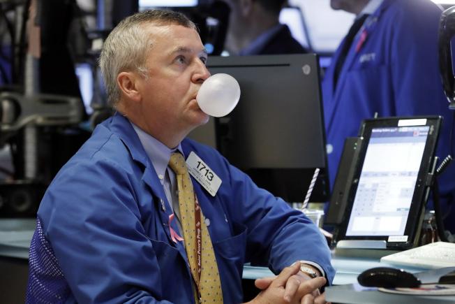 擔心繼續加息,與經濟發展過熱,美國股市10日斷崖式大跌,科技股領軍暴跌,蘋果與亞馬遜跌幅最大。一位交易員看到跌勢不休,無言以對。(美聯社)