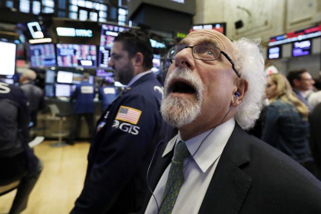 美國股市擔心聯準會繼加息,10日出現斷崖式暴跌,道指大跌831點。川普總統批評聯準會升息之舉「犯了大錯」。(Getty Images)(美聯社)