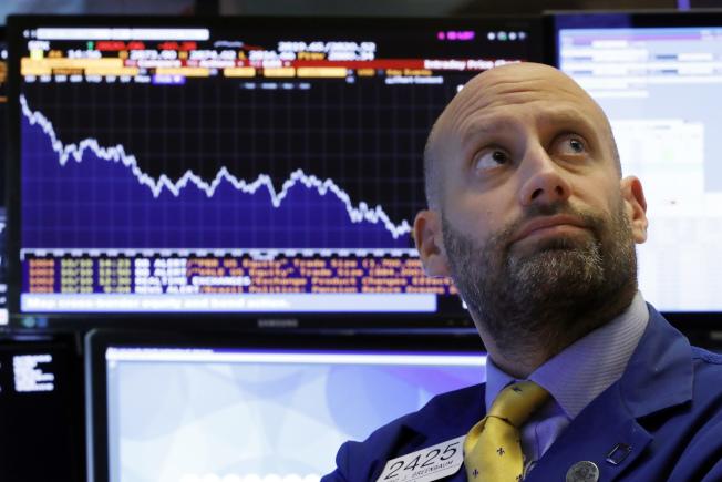 美國股市擔心聯準會繼加息,10日出現斷崖式暴跌,道指大跌831點。川普總統批評聯準會升息之舉「犯了大錯」。 (美聯社)