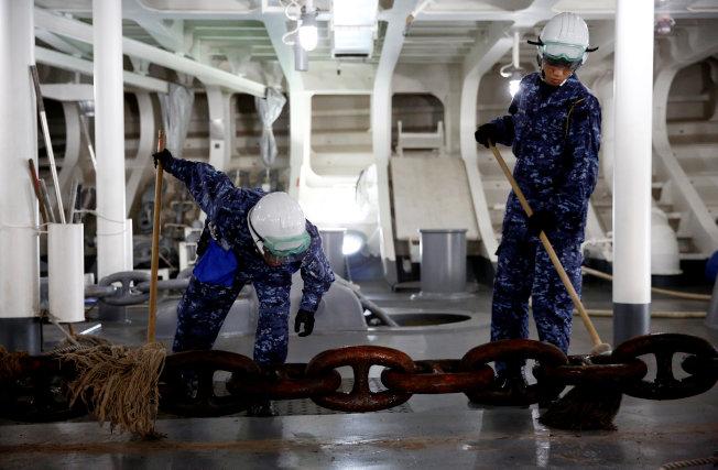 日本加賀號護衛艦服役一年多,在船上官兵辛勤的維護之下,外觀與內部至今仍完好如初,可說是全世界最乾淨的戰艦。路透