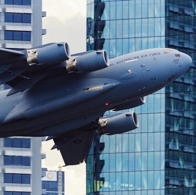 澳洲網友拍下空軍飛機飛越大樓間的畫面。(取自Instagram)