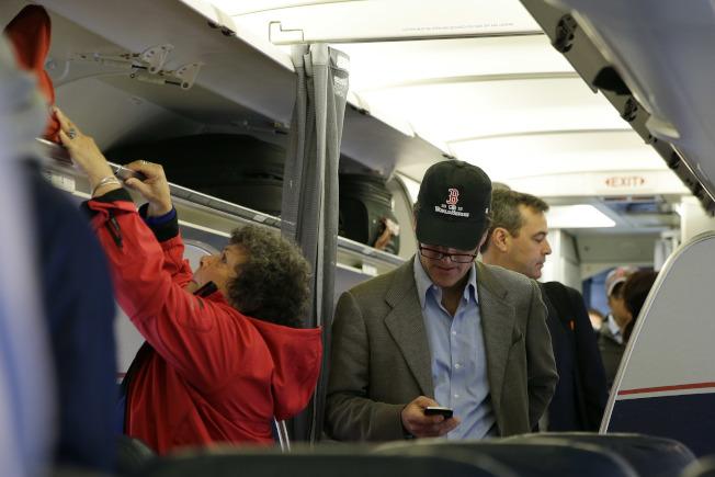 搭飛機要關手機的規定,其實和手機訊號會干擾飛機無關,而是狹小空間內數百人同時開講恐將影響乘客心情。美聯社