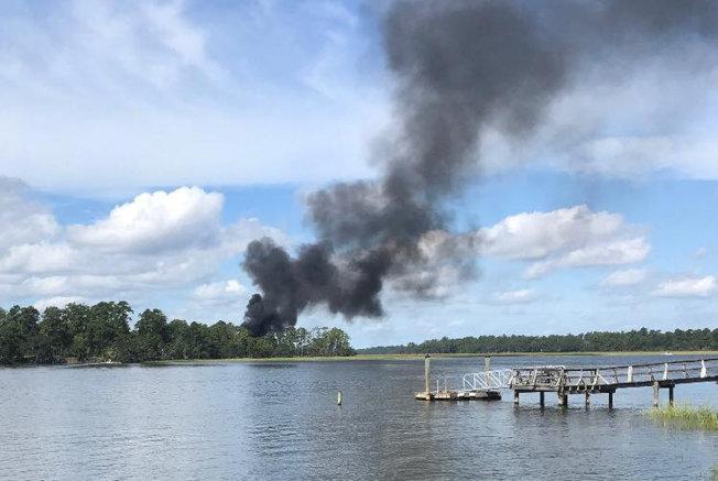 美軍一架F-35戰機上月28日在南卡州訓練飛行時墜毀,現場冒出濃煙。(路透)