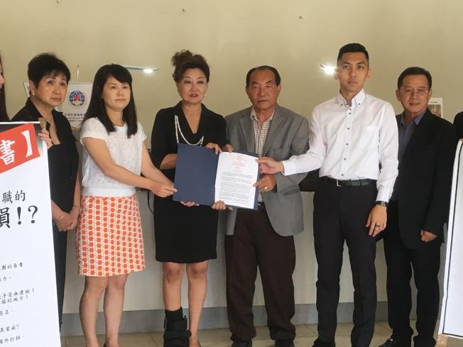洛杉磯僑教中心副主任廖建勳(右二)與傅以蒨(左二)接收來自部分僑領們的請願書。( 本報記者/攝影)