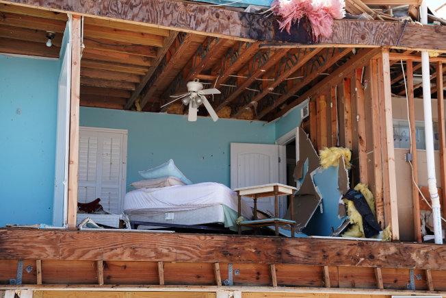 颶風將居民的家吹毀,床與家具成了櫥窗似地露在戶外。