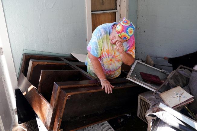 居民Mary Norris到朋友家看到朋友家毀損的情況時哭了。路透