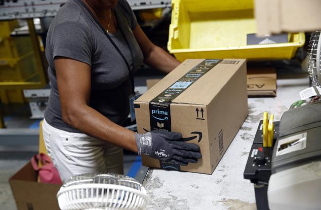 亞馬遜的工作人員打包貨品,準備寄送。(美聯社)