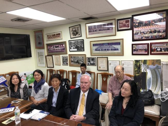 艾維樂(右三)和支持者拜訪中華總商會,尋求對自己參加普選的支持。(記者張晨/攝影)