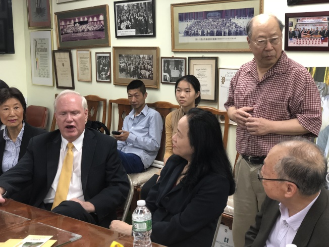 艾維樂(左二)於紐約中華總商會暢談自己繼續參與普選的信念與想法。(記者張晨/攝影)
