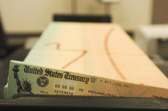 隨著估算物價上漲,明年的社安金調高2.8%,退休族明年社安金平均每月可多拿39元。圖為社安金支票。(美聯社)