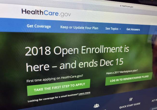 根據聯邦政府的最新估算,2019年「歐記健保」的保戶,首度出現保費降低情況,約降1.5%。圖為2017年的政府healthcare.gov的健保登記網站。今年11月1日起將接受2019年的登記。(美聯社)
