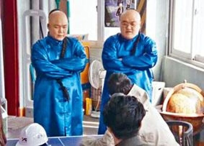 《YG战资》剧中出现两名留辫穿清装的保镳。(视频截图)