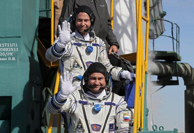 火箭上的美國太空人赫格(後)和俄羅斯同僚歐夫契寧(前)獲救。(路透)