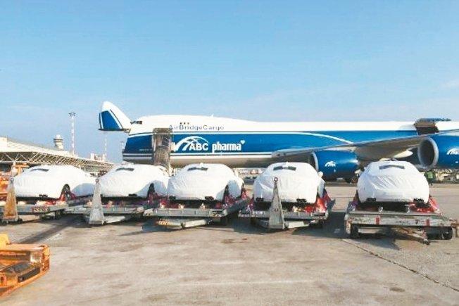 40輛瑪莎拉蒂Quattroporte日前以包機運抵巴布亞紐幾內亞。 AirBridgeCargo提供