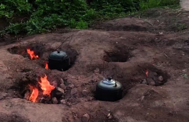 村民都會拿著水壺、鍋具到這裡享受免費瓦斯爐。圖片來源/截自梨視頻