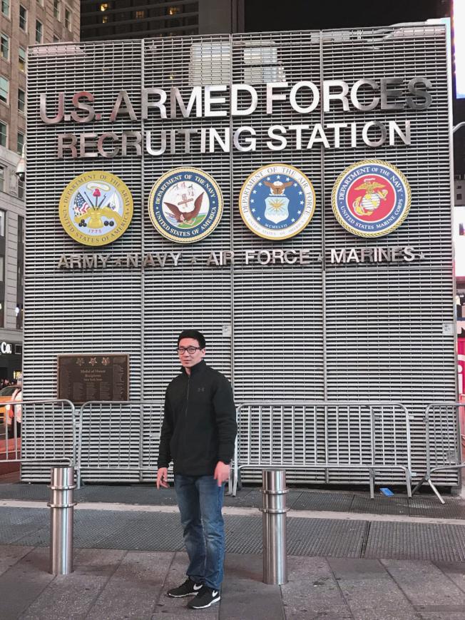 伊拉克移民甘蘇克在曼哈頓時報廣場招募站加入美國陸軍。(美聯社)