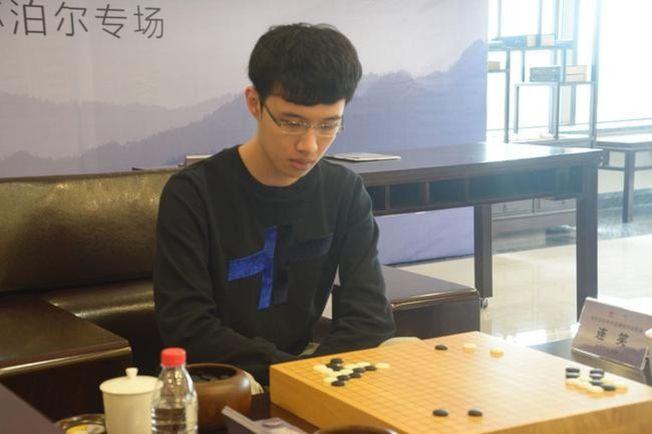 網友比對出空姐要找的男子就是著名圍棋國手連笑。(取材自觀察者網)