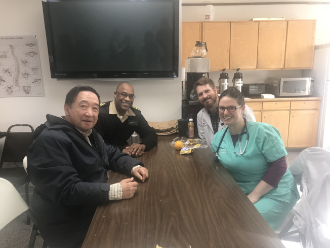 林元清(左)與堅守偏鄉的馬可特醫師夫婦,左二為HRSA的馬丁上尉。(圖皆由作者提供)