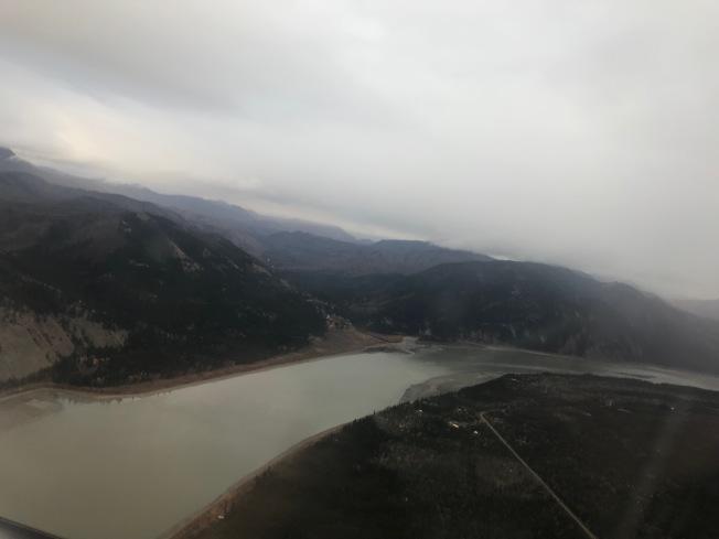 從小飛機上回望老鷹部落及育空河。(圖皆為作者提供)