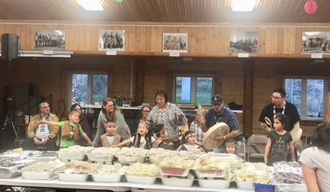 原住民孩童在費爾班克斯宴會前唱原住民的謝飯歌。(圖皆由作者提供)
