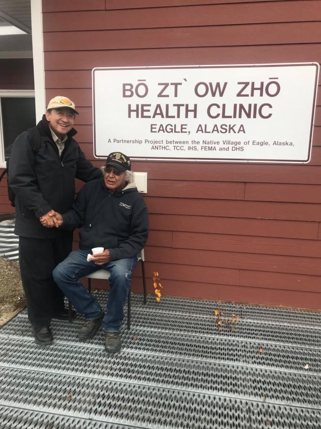林元清(左)探訪老鷹部落的醫療所。(圖皆由作者提供)