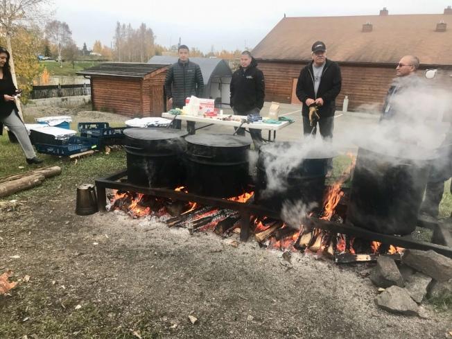 燒烤狩獵而來的糜鹿及鮪魚。(圖皆由作者提供)