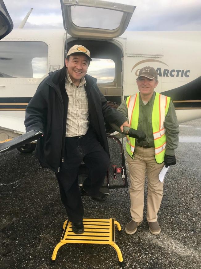 林元清(左)乘小飛機飛行一個小時來到老鷹市(Eagle City)。(圖皆由作者提供)