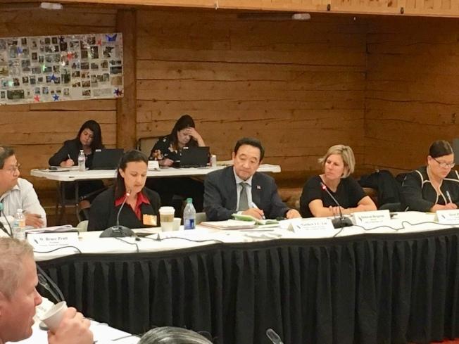 林元清副助理部長(中)匯報過去這三個月對原住民醫療的作為及成果和明年度的計畫。(圖皆由作者提供)