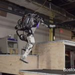 機器人秀本領  這次玩「跑酷」極限運動