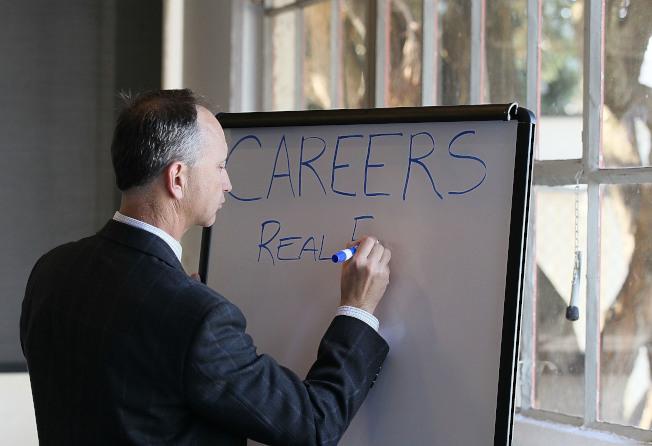 銀髮族就業第二春可考慮全職或兼職。(Getty Images)