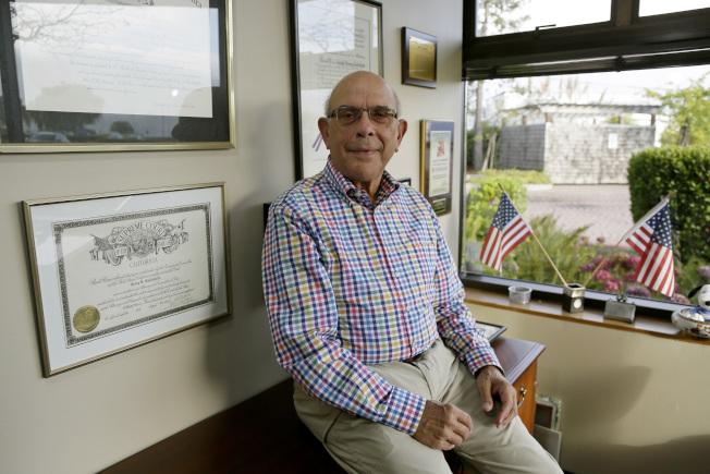近五分之一美國人在65歲以後仍然繼續工作,圖為78歲的高德修爾在他加州辦公室。(美聯社)