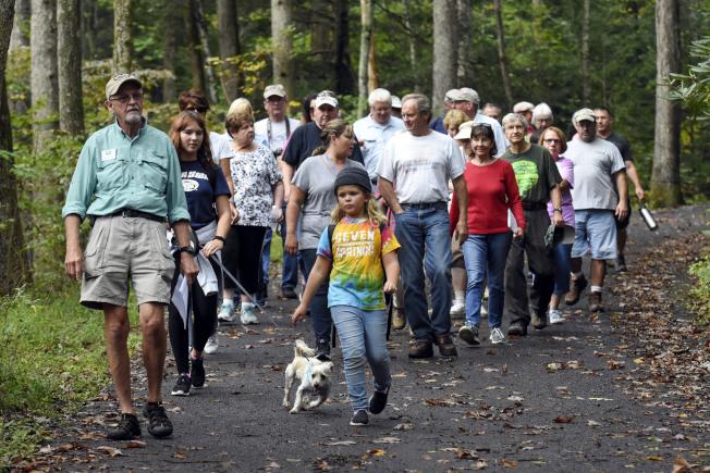 森林保育員史奈德(左)退休後在賓州森林資源保育局擔任義工。(美聯社)