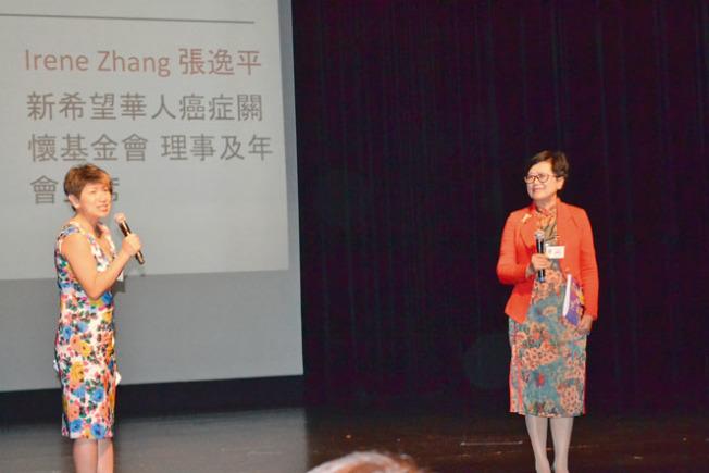 會長張楚瓌(左)、年會主席張逸平感謝義工貢獻。(記者周喆/攝影)