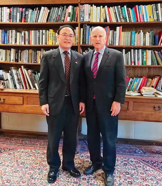 中國駐舊金山總領事王東華(左)赴州府拜會加州州長布朗(右)。(中國駐舊金山總領事館提供)