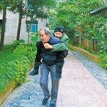 64歲兒天天背92歲母散步 一根背帶繫緊兩代情